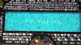 Vista aerea di grande piscina archivi video