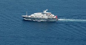 Vista aerea di grande risveglio di lusso della barca sul mar Mediterraneo video d archivio