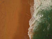 Vista aerea di grande spiaggia sabbiosa con le onde Linea costiera portoghese fotografie stock libere da diritti