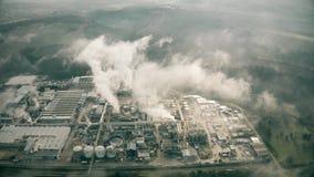 Vista aerea di grande zona industriale inquinante l'atmosfera in Italia stock footage