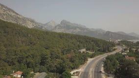 Vista aerea di guida di veicoli sulla strada della montagna dal mare video d archivio