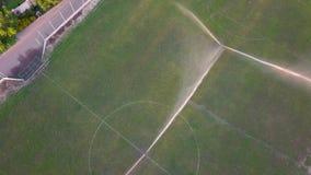 Vista aerea di innaffiatura del prato inglese di un campo di football americano video d archivio