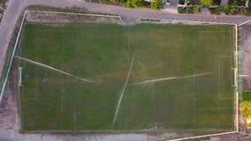 Vista aerea di innaffiatura del prato inglese di un campo di football americano, vista superiore archivi video