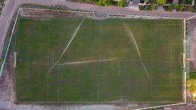 Vista aerea di innaffiatura del prato inglese di un campo di football americano, vista superiore stock footage