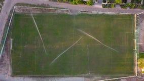 Vista aerea di innaffiatura del prato inglese di un campo di football americano, vista superiore video d archivio