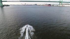 Vista aerea di Jet Skiers su PA del fiume Delaware Filadelfia video d archivio