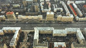 Vista aerea di Kutuzovsky Prospekt, un viale radiale importante a Mosca, Russia archivi video