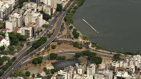 Vista aerea di Lago de Rodrigo Freitas Lagoon e traffico Immagine Stock