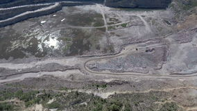 Vista aerea di lavoro in una carriera di estrazione mineraria video d archivio