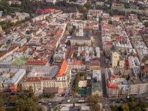 Vista aerea di Leopoli, di vecchie costruzioni della città e di traffico L'Ucraina 4k Immagini Stock Libere da Diritti