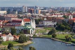 Vista aerea di Liberty Square e di vecchie chiese nel centro storico di Minsk vicino alla collina della trinità ed al fiume di Sv fotografia stock libera da diritti