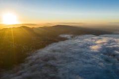 Vista aerea di Marine Layer e di alba nell'area della baia fotografie stock libere da diritti