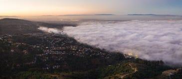 Vista aerea di Marine Layer Flowing Over San Francisco Bay Area fotografia stock libera da diritti