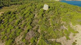 Vista aerea di mattina dalla provincia del Capo Orientale dell'isola di Ibiza alla torre di osservazione Mar Mediterraneo stock footage