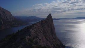 Vista aerea: vista di mattina del mare attraverso le rocce in Crimea Bella vista della baia blu da capo Kapchik in 4K archivi video
