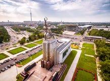 Vista aerea di Mosca con il lavoratore e la collettività sovietici del monumento Immagini Stock