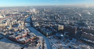 Vista aerea di Mosca nell'inverno nel giorno soleggiato gelido, centro, fiume stock footage