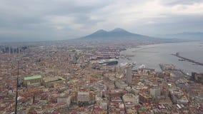 Vista aerea di Napoli, video colpo su un fuco Volo di un fuco sopra Napoli che trascura la baia ed il Vesuvio archivi video