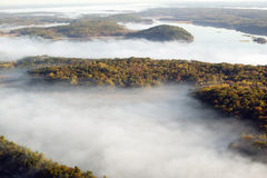 Vista aerea di nebbia in autunno sopra le isole e le colline a nord di Portland Maine Fotografia Stock