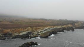 Vista aerea di nebbia spessa e di Rocky Northern California Coast archivi video