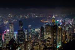 Vista aerea di notte dal picco di Victoria alla baia e allo skyscrap di Kowloon immagine stock libera da diritti