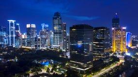 Vista aerea di notte dei paesaggi urbani di Jakarta vicino al centro direzionale di Kuningan fotografie stock