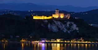Vista aerea di notte del maggiore del lago del castello di Rocca di Angera Fotografie Stock Libere da Diritti