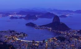 Vista aerea di notte di Rio de Janeiro, montagna Sugar Loaf fotografia stock