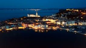 Vista aerea di notte di Piran, Slovenia archivi video