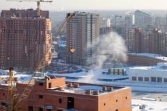 Vista aerea di nuova casa moderna in costruzione con una gru a torre gialla, lanterna rossa all'estremit? della gru, costruzione immagini stock