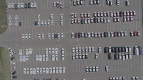 Vista aerea di nuovo parcheggio di stoccaggio dell'automobile Vista del parcheggio da sopra video d archivio