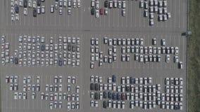 Vista aerea di nuovo parcheggio di stoccaggio dell'automobile Vista del parcheggio da sopra archivi video