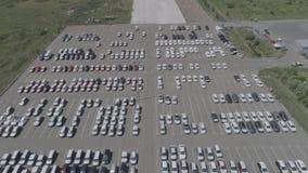 Vista aerea di nuovo parcheggio di stoccaggio dell'automobile Vista del parcheggio da sopra stock footage