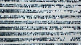 Vista aerea di nuovo parcheggio di stoccaggio dell'automobile Industria automobilistica Mercato da vendere nell'inverno video d archivio