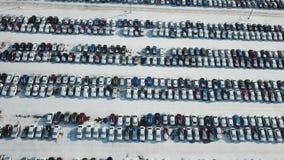 Vista aerea di nuovo parcheggio di stoccaggio dell'automobile Industria automobilistica Mercato da vendere nell'inverno stock footage