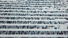 Vista aerea di nuovo parcheggio di stoccaggio dell'automobile Mercato da vendere nell'inverno archivi video