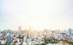Vista aerea di occhio di uccello moderna panoramica dell'orizzonte della città dalla torre di Tokyo sotto il cielo blu drammatico Fotografie Stock Libere da Diritti