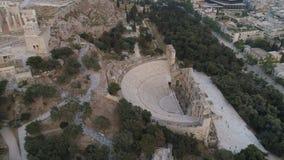 Vista aerea di Odeon dell'attico di Herodes e dell'acropoli della cittadella antica di Atene in Grecia stock footage