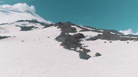 Vista aerea di paesaggio roccioso nevoso dei picchi della bella natura archivi video