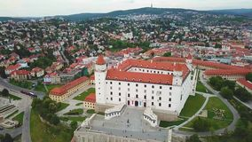 Vista aerea di paesaggio urbano di Bratislava Vista panoramica aerea di Bratislavsky Hrad archivi video