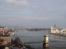 Vista aerea di paesaggio urbano di Budapest che mostra il Parlamento ed i monumenti storici lungo il fiume Danubio con He ponte s Fotografie Stock Libere da Diritti