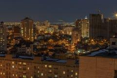Vista aerea di paesaggio urbano di inverno di notte di area vivente in Voronež, case Fotografia Stock Libera da Diritti