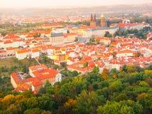Vista aerea di paesaggio urbano di panorama del castello di Praga in Hradcany dalla torre dell'allerta di Petrin, repubblica Ceca Fotografia Stock