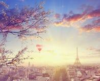 Vista aerea di paesaggio urbano di Parigi con la torre Eiffel al tramonto Immagine Stock