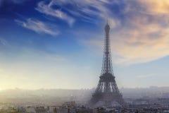 Vista aerea di paesaggio urbano di Parigi con la torre Eiffel al tramonto Fotografia Stock