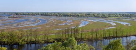 Vista aerea di panorama del paesaggio sul fiume di Desna con i prati ed i campi sommersi Vista dall'alta banca sulla molla annual Fotografia Stock Libera da Diritti