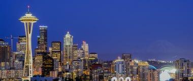 Vista aerea di panorama di paesaggio urbano del centro di Seattle alla sera immagini stock
