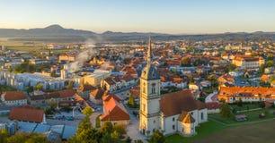 Vista aerea di panorama di piccola città europea medievale Slovenska Bistrica, Slovenia con la chiesa ed il castello immagine stock libera da diritti
