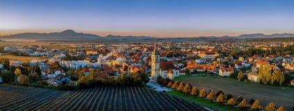 Vista aerea di panorama di piccola città europea medievale Slovenska Bistrica, Slovenia con la chiesa ed il castello fotografia stock libera da diritti