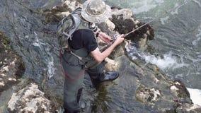 Vista aerea di pesca del pescatore di sport nel fiume archivi video